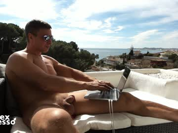 European Hunky Gay Guy Does An Outdoor Cam Show
